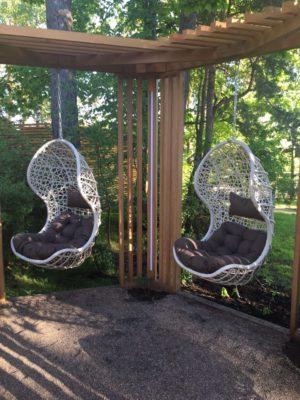 """""""Подвесное кресло Cand-vanilla - в интенерьере сада загородного дома"""""""
