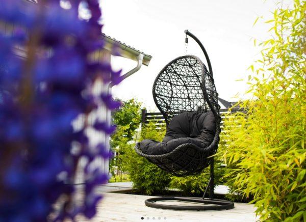 Подвесное кресло из ротанга CAND BLACK - в интерьере сада летом